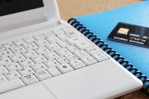 パソコンとノートとカード