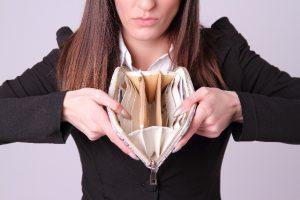 財布の中が空っぽの女性