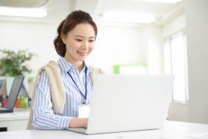 パソコンをみる女性